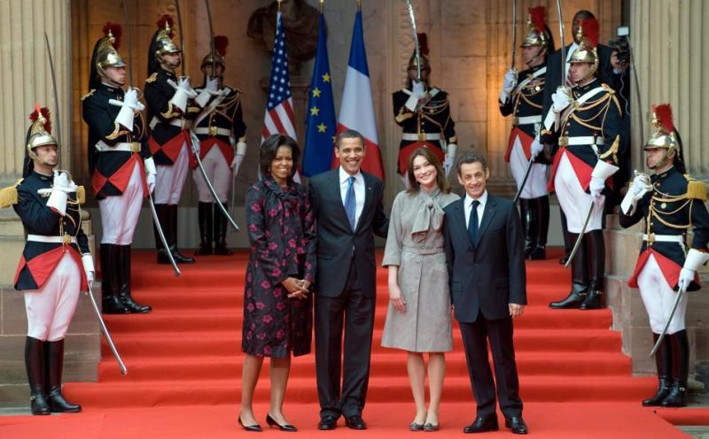 Barack et Michelle Obama arrivent au palais Rohan, où ils sont accueillis par Nicolas Sarkozy et Carla Bruni, sous les applaudissements de quelques dizaines de spectateurs et devant les objectifs de nombreux photographes.