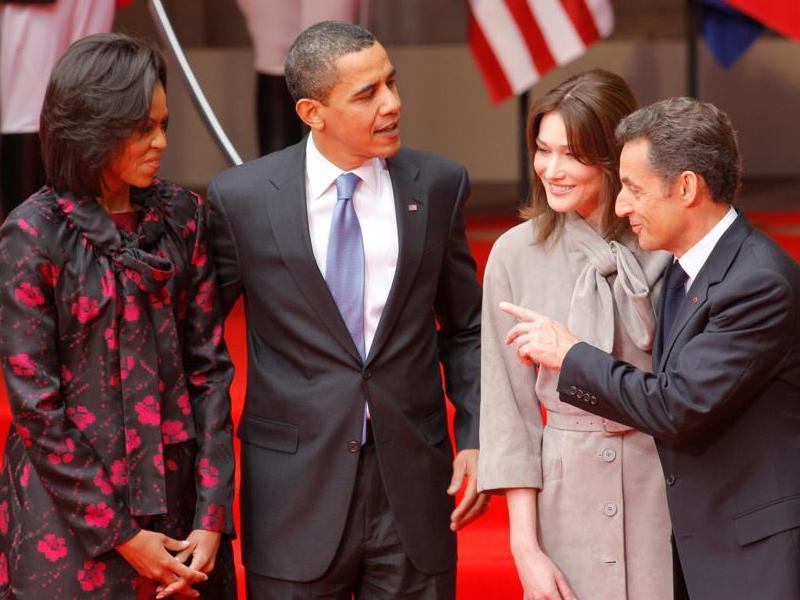 Après un bain de foule, le couple Obama a été honoré d'une cérémonie militaire dans la cour du château des Rohan.