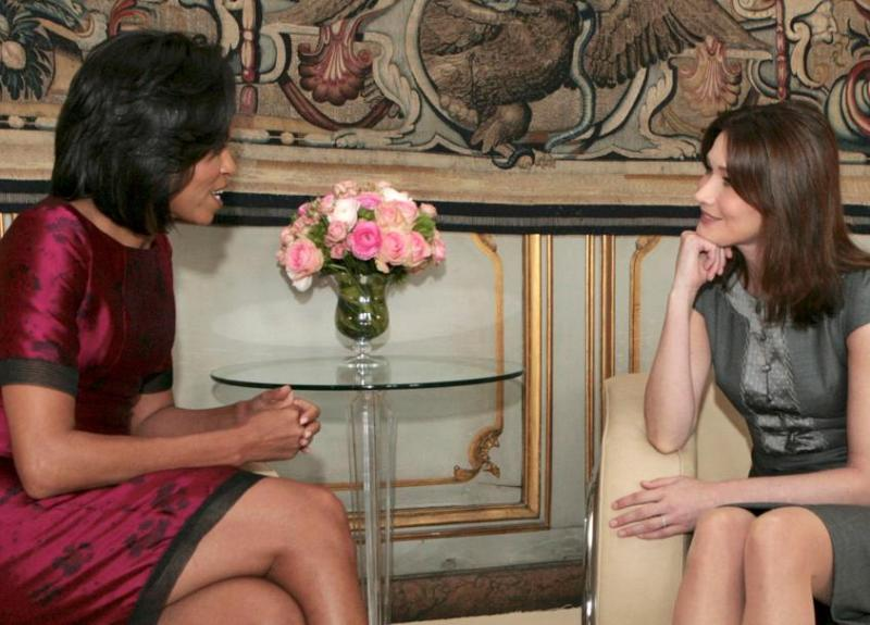 Michelle Obama et Carla Sarkozy se sont entretenues pour la première fois en tête à tête vendredi, tandis que leurs maris évoquaient l'avenir de l'Otan lors d'une rencontre bilatérale.