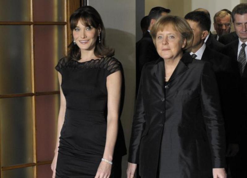 Carla Bruni fait son entrée au City Hall de Baden-Baden aux côtés d'Angela Merkel. Le sommet de l'Otan commence officiellement vendredi soir par un dîner des chefs d'Etat et de gouvernement des 26 pays membres de l'Alliance.