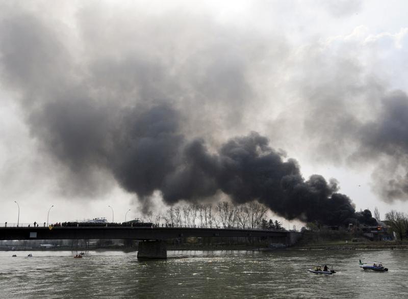 Côté français du Pont de l'Europe, les protestataires anti-Otan ont incendié un ancien poste des Douanes. La fumée s'élève dans le ciel alsacien.