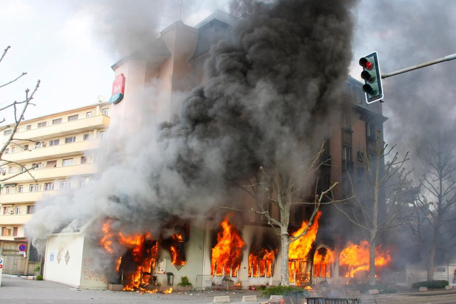Des émeutiers ont mis le feu à une pharmacie, à l'Office du tourisme et à l'hôtel Ibis (photo), près du Pont de l'Europe.