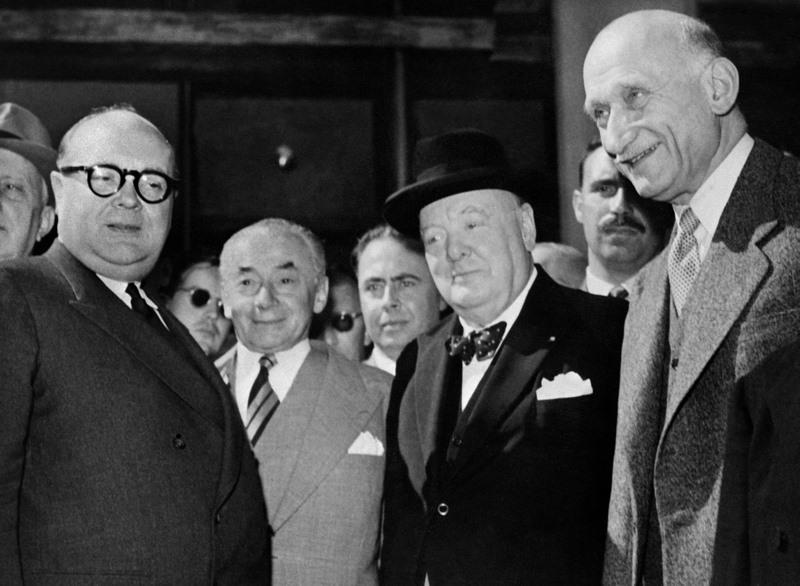 Winston Churchill (1874-1965),  l'Europe contre le bloc de l'Est. au sortir de la guerre, le premier ministre britannique (le troisième à droite sur la photo), qui n'a jamais cru à une union des pays du Vieux continent, est convaincu de la nécessité de resserrer les liens en Europe de l'Ouest face au danger communiste. Il organise en 1948 un Congrès de l'Europe, qui servira de socle au futur Conseil de l'Europe. Sur la photo, il pose ici lors d'une assemblée de ce Congrès, aux côtés du premier ministre belge Paul-Henri Spaak, de Paul Reynaud et de Robert Schuman. Favorable à une Europe de la Defense, il change de position à la fin de sa carrière pour adopter une attitude plus hostile à une Europe politique.