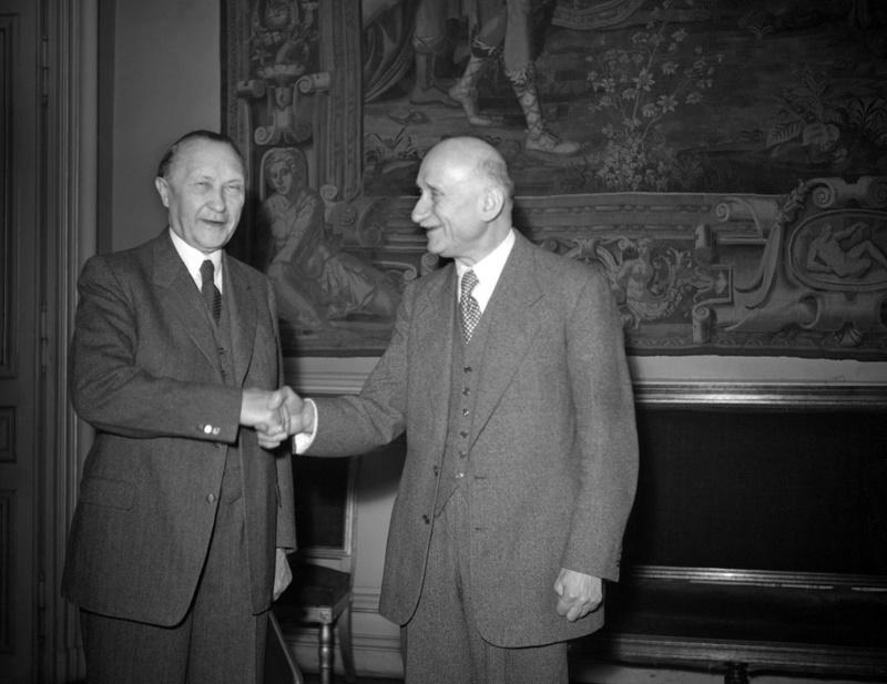 Konrad Adenauer (1876-1967), l'Allemagne au cœur du projet européen. Opposant farouche au nazisme en Allemagne, Adenauer (à gauche sur ce cliché où il sert la main de Robert Schuman) devient le premier chancelier de la République fédérale en 1949. Son rêve de réconcilier France et Allemagne grâce à une communauté européenne de défense fera long feu, notamment du fait de la résistance de de Gaulle. Adenauer n'en reste pas moins l'artisan de la réconciliation avec la France et le signataire des accords fondateurs de l'Europe.