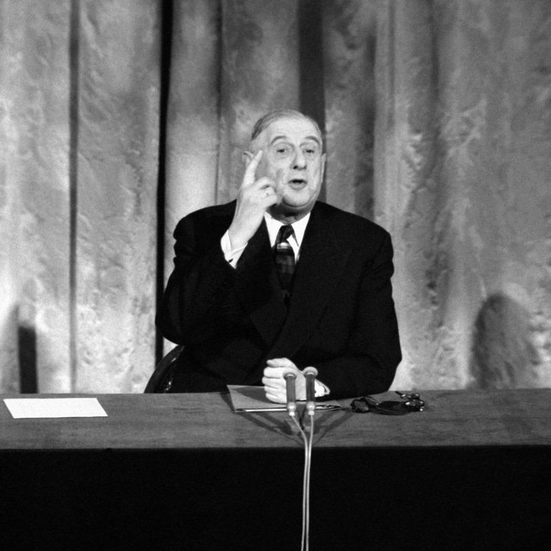 Charles de Gaulle (1890-1970), un européen de raison. Incarnation de la résistance et attaché à la souveraineté de la France, Charles de Gaulle n'est pas favorable à des Etats-Unis d'Europe. Il comprend néanmoins la nécessité de resserrer les liens avec l'Allemagne et signe donc le Traité de Rome qui institue la communauté économique européenne en 1957, puis le Traité de l'Elysée marquant la réconciliation entre les deux pays en 1963. A partir du milieu des années 1960, la posture change :  la France pratique la politique de la « chaise vide » dans les institutions européennes et jouer de son influence pour ses propres ambitions, notamment en refusant à plusieurs reprises l'entrée du