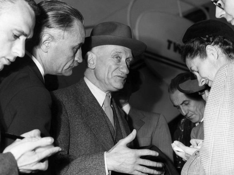 Robert Schuman (1886-1963), le père fondateur français.  Né au Luxembourg, devenu député de Moselle, Robert Schuman entre au gouvernement français de l'après-guerre convaincu de la nécessité d'unifier le continent européen. Persuadé que l'économie permettra aux peuples de s'entendre mieux que les symboles, il est l'artisan de la signature du traité instaurant la Communauté européenne du charbon et de l'acier (CECA), le 9 mai 1950. Robert Schuman sera également le premier président du Parlement européen, alors appelé Assemblée Parlementaire européenne, de 1958 à 1960.
