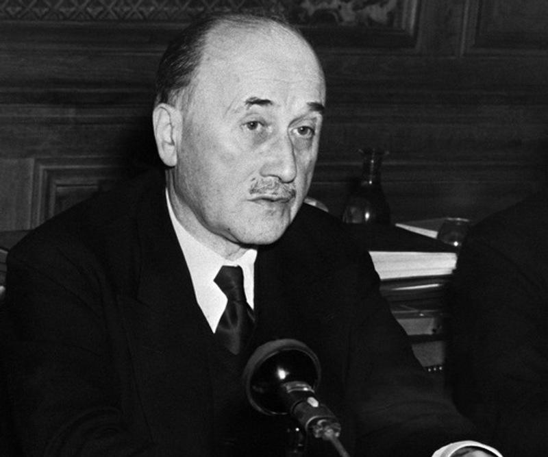 Jean Monnet (1888-1979), l'artisan de l'Europe économique. Diplomate, Jean Monnet sera chargé, après la 2e Guerre Mondiale, de coordonner le Plan français de modernisation et d'équipement. Il invente l'idée d'un partenariat franco-allemande sur le charbon et l'acier indispensable aux deux nations, qui débouchera sur la Communauté européenne du charbon et de l'acier (CECA), premier embryon de la future Union européenne. Il présidera la CECA avant de travailler sur un projet de communauté européenne du nucléaire (Euratom), tout en militant pour des Etats-Unis d'Europe.