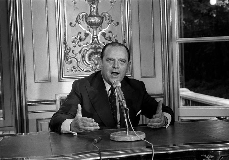 Raymond Barre (1924-2007), l'inventeur du système monétaire européen. Lorsqu'il arrive au pouvoir en 1976, l'économiste a été vice-président de la Commission européenne cinq ans, durant lesquels il a pu réfléchir à l'utilité d'une union monétaire en Europe. En 1969, les six Etats de la CEE ont adopté le «plan Barre», qui vise à réaliser cette union. La crise économique en empêche l'aboutissement, mais contribue à l'adoption de l'Ecu, puis de l'Euro, comme monnaie de l'UE.