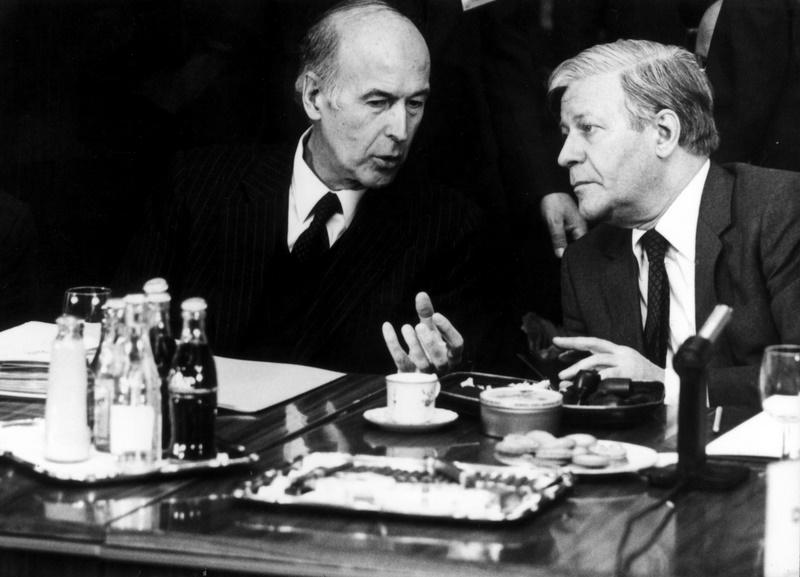 Valéry Giscard-d'Estaing (1926 -), le père des institutions de l'UE. Européen convaincu depuis longtemps, Valéry Giscard d'Estaing va mettre en place le Système monétaire européen inventé par Raymond Barre en collaborant étroitement avec le chancelier allemand Helmut Schmidt (à droite sur la photo). Inventeur du sommet des chefs d'Etat européen, qui deviendra le Conseil européen en 1986, Giscard d'Estaing est soucieux d'améliorer les institutions de l'Europe. Un souci qui perdurera dans le projet de constitution européenne qu'il élabore en 2004, et dont les termes, rejetés par référendum en France le 29 mai 2005, seront repris dans le traité de Lisbonne de 2007.