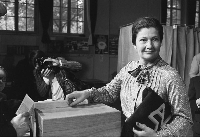 Simone Veil (1927-), la première femme présidente du parlement européen.  Ministre de la Santé sous Giscard d'Estaing, l'ancienne déportée prend la tête de la liste UDF aux premières élections européennes au suffrage universel, qui ont lieu en 1979. Elle ensuite élue à la tête de ce premier parlement européen issu des suffrages des peuples,qu'elle présidera jusqu'en 1982.