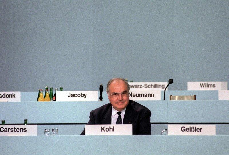 Helmut Kohl (1930-), le réunificateur de l'Allemagne. Réélu quatre fois à la tête de l'Allemagne, Helmut Kohl forme avec François Mitterrand un bloc qui sera le moteur de la construction européenne. En 1990, le chancelier allemand reçoit le soutien indefectible de son homologue français pour son projet de réunifier les deux Allemagnes après la chute du Mur de Berlin. Il sera également l'un des pères du projet de monnaie unique européenne.