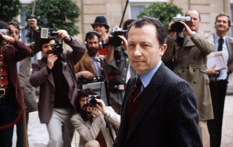 Jacques Delors (1925-), la voix française de l'Europe. Proche de Chaban-Delmas avant de rallier le PS, Jacques Delors sera l'artisan du tournant de la rigueur en France en 1983-1984. En 1985, il présente un livre blanc de la politique économique en Europe qui servira de base à l'Acte Unique de 1986. Il prend la tête de la Commission européenne en 1985 et restera en poste jusqu'en 1994. En 1989, le Plan Delors dessine les bases de l'Union économique et monétaire (UEM), qui se concrétisera en 2002 avec l'adoption de l'Euro.