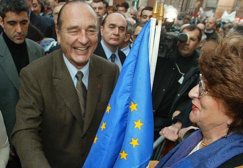 Jacques Chirac (1932-), le promoteur d'une Europe puissance. Alors qu'il avait basé son divorce avec le président Giscard d'Estaing sur leurs divergences de vue quant à l'Europe, Jacques Chirac va s'avérer, une fois à la tête de l'Etat en 1995, un européen convaincu. Dès 1992, il fait campagne pour le «oui» français au Traité de Maastricht. Avec le chancelier allemand Gerard Schröder, il milite pour faire avancer l'Europe de la Défense après l'échec du Vieux Continent à enrayer les violences en ex-Yougoslavie. C'est l'axe franco-allemand qui a la priorité de Jacques Chirac et lui permet d'opposer la voix du Vieux continent à l'administration Bush lors de la guerre en Irak. Il échouera cependant à faire adopter par les Français le Traité constitutionnel européen en 2005
