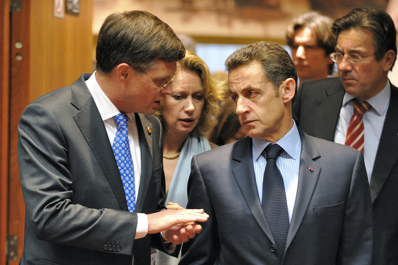 Nicolas Sarkozy (1955-), le sursaut. A l'arrivée au pouvoir de Nicolas Sarkozy en 2007, l'Europe est encore assommée par le choc du «non» français au référendum de 2005. Comme il l'avait promis, les président français s'attelle avec énergie à la relance de l'Union européenne, dont la France prend la tête en décembre 2007. Il trouve avec Angela Merkel un accord sur un Traité simplifié pour reprendre les principales idées du projet de constitution repoussé en 2005, qui sera adopté à Lisbonne le 13 décembre 2007. Alors qu'il assume la présidence tournante de l'UE, Nicolas Sarkozy parvient à l'été 2008 à imposer la voix de l'Europe face à la Russie dans le conflit géorgien.