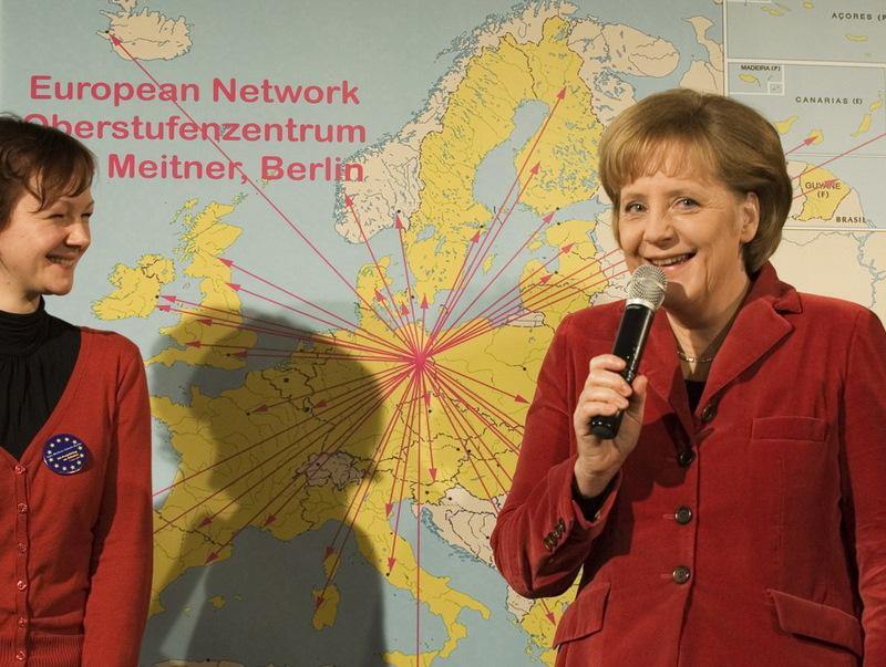 Angela Merkel (1954-), un nouvel axe franco-allemand ? Première chancelière allemande issue de l'ex-RDA, Angela Merkel plaide dès son élection pour une Europe  plus proche des citoyens et plus pragmatique. Elle obtient des avancées significatives sur le plan budgétaire grâce à ses talents de négociatrice et collabore avec Nicolas Sarkozy pour parvenir au traité de Lisbonne fin 2007. Mais si le couple franco-allemand continue d'afficher l'unité, l'axe privilégié né sous Giscard d'Estaing et Helmut Schmidt semble désormais caduc : Angela Merkel veut jouer la partition de l'Allemagne et chercher d'autres partenaires si le besoin s'en fait sentir.