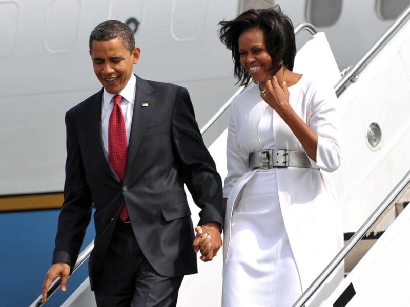 Les Obama descendent d'avion à Caen pour entrer dans un hélicoptère qui les amènent au plus près de la préfecture où les attendent les Sarkozy.
