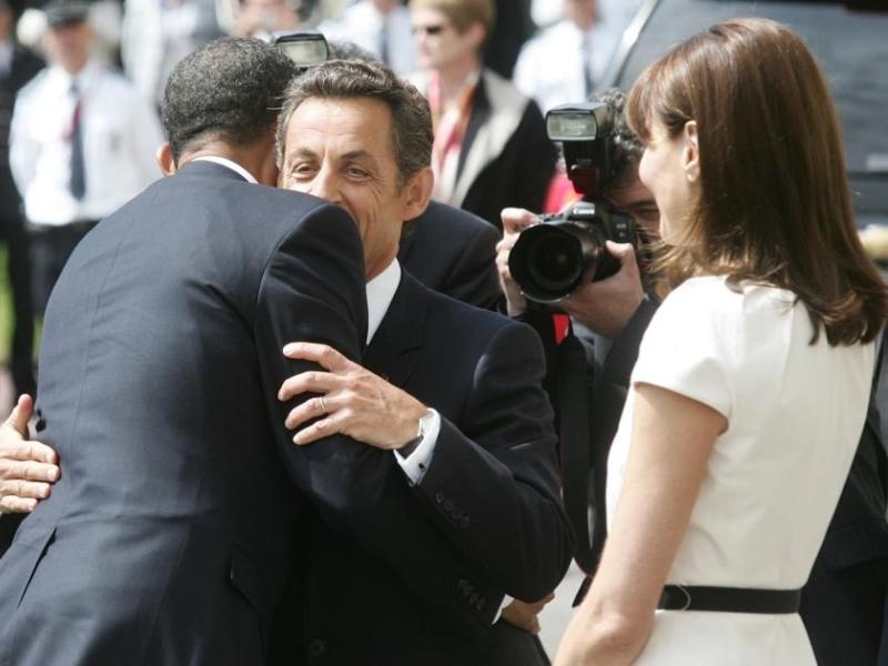 Le président américain et son épouse sont accueillis par Nicolas Sarkozy sous les cris et les applaudissements de la foule.