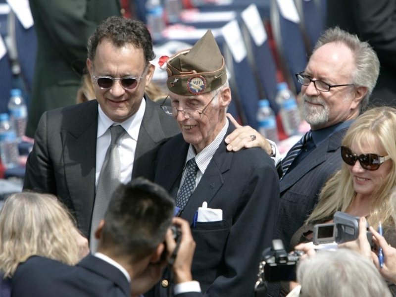Le réalisateur d'«Il faut sauver le soldat Ryan» , Steven Spielberg et son interprète principal l'acteur Tom Hanks ont été invités à assister à la cérémonie de Colleville. Ils discutent avec un vétéran.