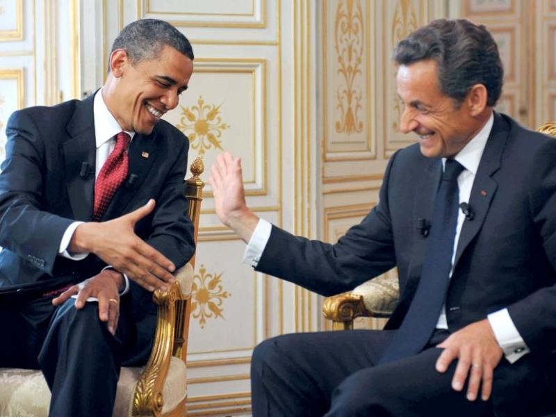 Il n'y a pas un soupçon de mésentente entre Paris et Washington comme veut le montrer cette chaleureuse poignée de mains entre les présidents américains et français. Interrogé sur la courte durée de son séjour à Paris, Barack Obama a affirmé que «si [s]on emploi du temps [me] le permettait, [il] rêverait de passer une semaine à Paris». «De bons amis ne se préoccupent pas des symboles, des conventions et des protocoles, a-t-il insisté ». «Vous croyez que les gens attendent qu'on s'affiche là main dans la main, ou qu'on obtienne des résultats ?», a renchéri Nicolas Sarkozy.