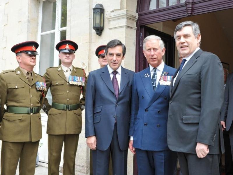 Le prince Charles, les premiers ministres britannique Gordon Brown et français François Fillon participaient pendant ce temps là à Bayeux à des cérémonies d'hommage aux combattants britanniques du Débarquement. Les trois hommes ont assisté d'abord à une cérémonie œcuménique en la cathédrale de Bayeux. A la fin de l'office, les trois hommes se sont dirigés vers la sortie au milieu d'une haie d'honneur d'anciens combattants et de jeunes militaires britanniques, français, américains, s'attardant pour échanger quelques mots avec les uns et les autres.