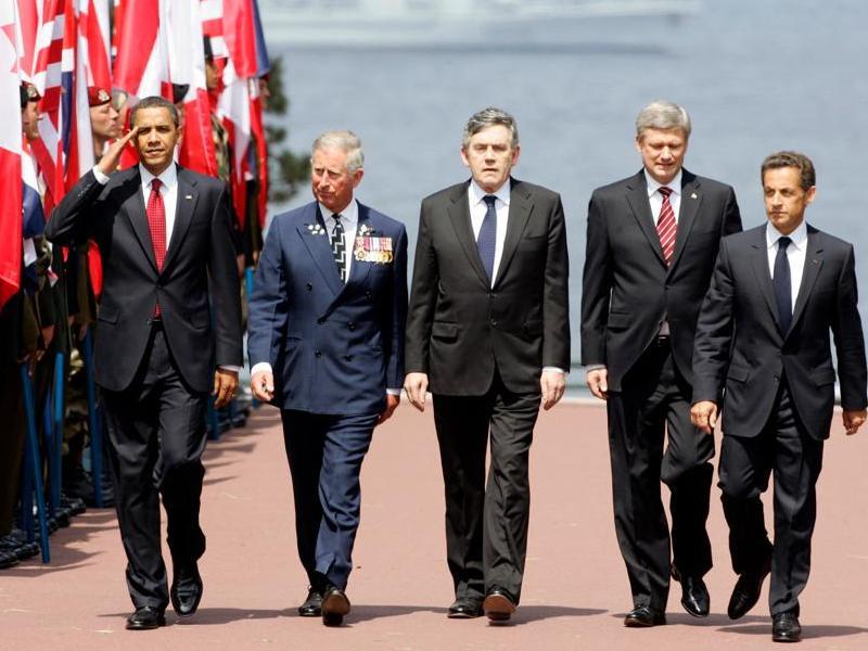 Barack Obama, le prince Charles, Gordon Brown, Stephen Harpen et Nicolas Sarkozy arrivent à Colleville-sur-Mer, où ils vont rencontrer les vétérans et prononcer leurs discours.