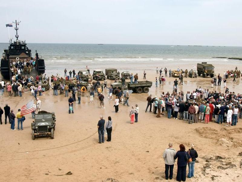 Pendant ce temps-là, des centaines de personnes étaient venues se recueillir sur la plage du Débarquement.