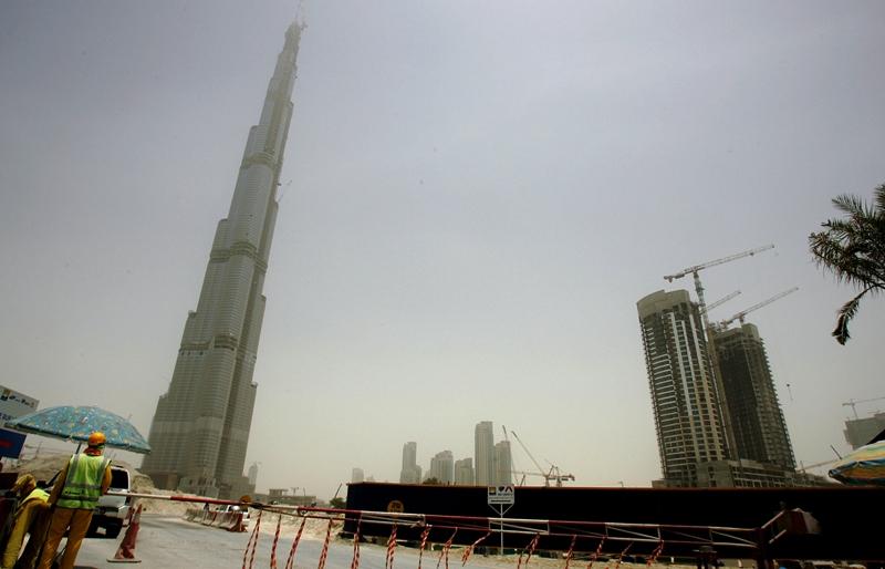 La hauteur finale de la tour est de 828 mètres. Par temps clair, sa pointe est visible à 95 km à la ronde.