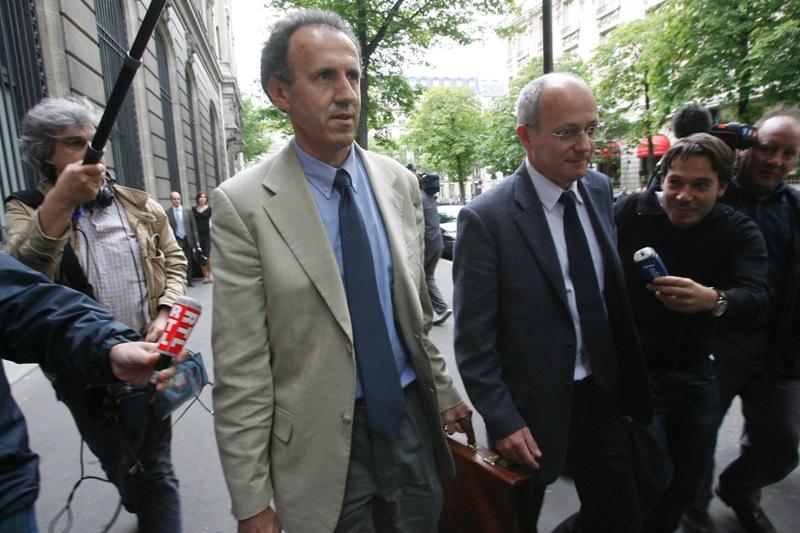 Jean-Marie d'Huy et Henri Pons - «Zig et Puce» comme les surnomment leurs collègues magistrats. Le premier nommé instruit l'affaire depuis l'ouverture d'une information judiciaire à la suite d'une plainte de Philippe Delmas, en septembre 2004, le second l'a rejoint en février 2006. À quelques jours du début du procès, une polémique éclate : après la fin de l'instruction, le juge d'Huy a recueilli les propos de Lahoud puis de Gergorin, ce qui est interdit. Il a aussi omis d'en informer les parties. Certains avocats dénoncent une véritable «enquête parallèle».