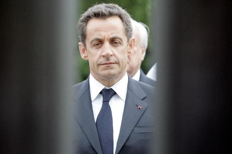 Nicolas Sarkozy - L'actuel président de la République fait partie des personnalités politiques dont le nom (en l'occurrence son nom complet : «Nicolas Sarkozy de Nagy-Bocsa») figurait dans les listings falsifiés. Affirmant souhaiter connaître l'identité de celui qui a mis son nom sur ces listings et la raison de ce geste, il s'est porté partie civile en janvier 2006. En privé, il se serait à plusieurs reprises emporté contre les responsables de ce qu'il considère comme une manipulation, menaçant de les «pendre à un croc de boucher».