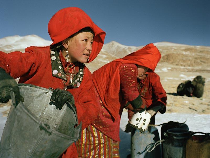 Chaque matin les femmes se rendent à la source gelée dont elles cassent la glace afin d'accéder à l'eau pure qui servira à préparer le thé et le pain pour la journée.