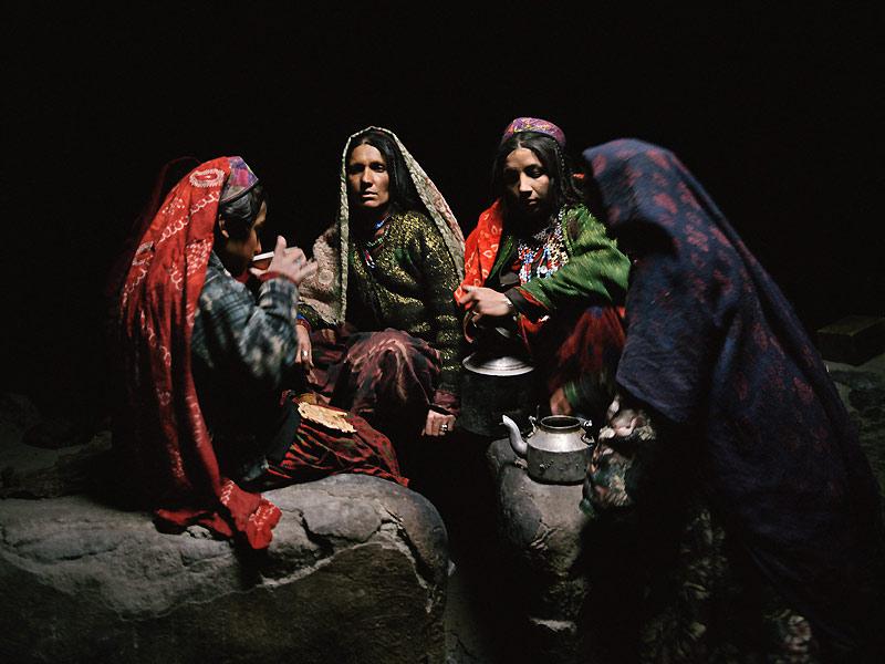 Si durant l'été les Kirghiz vivent dans des yourtes, ils gagnent en hiver leurs maisons de terre où s'empilent les couvertures et les tapis tissés par les femmes. Sur eux, le progrès n'a pas eu d'emprise, ils portent toujours les tenues traditionnelles de leur ethnie.