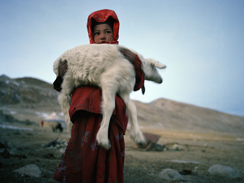 Situé à l'extrême ouest de l'Afghanistan, à la pointe du corridor du Wakhan, le PetitPamir, qui s'élève à 4 100 mètres d'altitude, est frontalier de la Chine, du Tadjikistanet du Pakistan. Si rude en hiver, il est une terre d'herbe grasse durant l'été. Les Kirghiz,peuple de pasteurs nomades, y emmenaient paître leurs troupeaux. La fermeture desfrontières voisines les a forcés à se sédentariser.