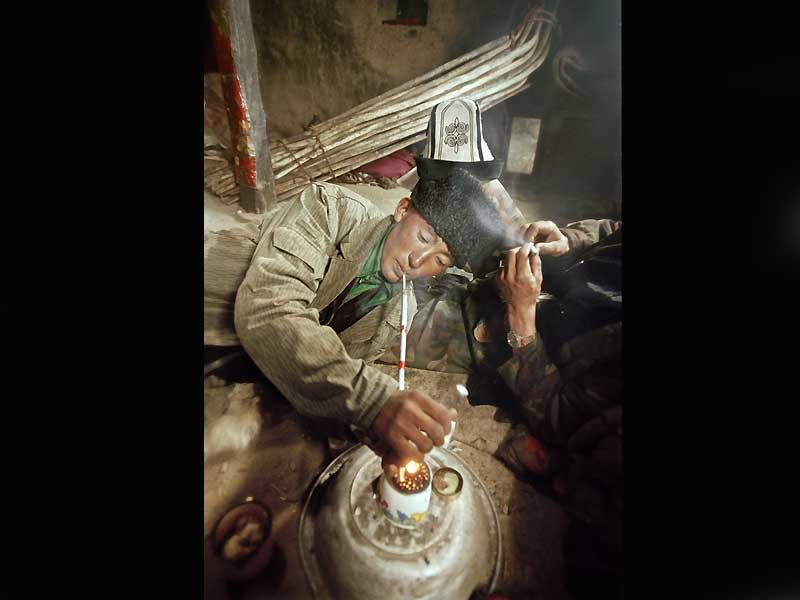 Traditionnellement utilisé pour calmer les douleurs, l'opium est devenu un fléau pour la population kirghize d'Afghanistan. Isolés de tout, affrontant de rudes conditions climatiques, hommes et femmes fuient leur ennui et leur condition en fumant des pipesd'opium apporté par des vendeurs venus des villes.