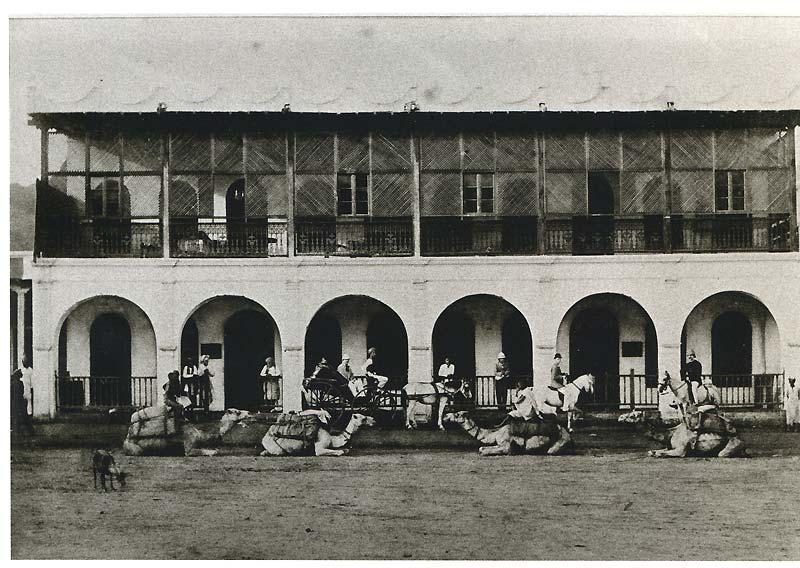 La maison Bardey, à Aden, où travailla l'auteur des «Illuminations». Si la photo n'est pasinédite, la lithographie parue dans une revue, demeurée inconnue, permet de la dater. Rimbaud pourrait être l'un des quatre Européens.