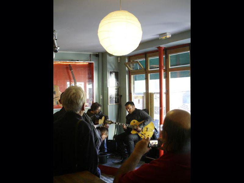 La Chope des Puces, rue des Rosiers à Saint-Ouen, café-concert racheté par Marcel Campion. L'établissement va ouvrir une école de musique le 12 octobre, et fait également office de lutherie, boutique d'instruments et studio d'enregistrement.
