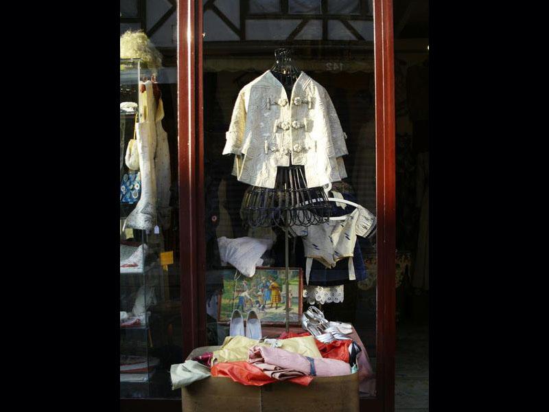 Quartier Paul Bert:  chaussures et vêtements d'époque.