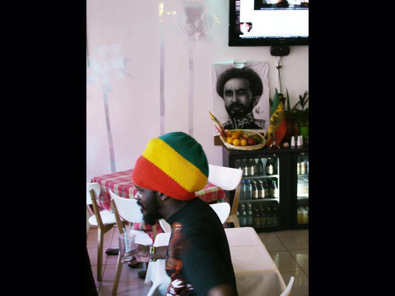 Le Red Gold & Green, rue Paul Bert, fréquenté par des musiciens rasta, et servant des cocktails de fruits et des assiettes végétariennes.