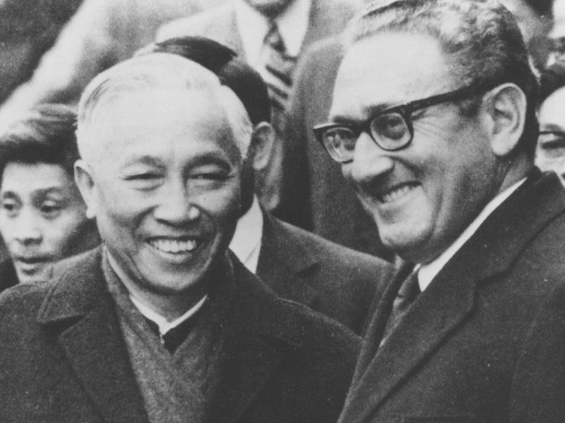 1973 – Henry Kissinger et Lê Duc Tho. Le secrétaire d'Etat américain et le délégué nord-vietnamien sont honorés pour les accords de Paris (photo) qui tentent de mettre fin à la guerre du Vietnam et consacrent le retrait des troupes américaines. La récompense fait scandale, deux membres du comité démissionnent. Kissinger n'est qu'un récent partisan de la paix au Vietnam. Lê Duc Tho, qui prépare l'offensive contre le Sud, refuse le prix :« la paix n'a pas été réellement rétablie au Vietnam ». Le cessez-le-feu est rapidement violé. Les communistes du Nord et l'armée Sud-Vietnamienne continueront à s'affronter jusqu'à la défaite du Sud, en 1975.