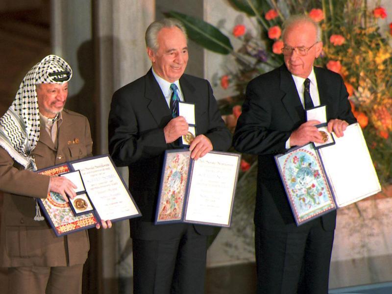 1994 - Yasser Arafat [président de l'autorité palestinienne], Shimon Peres [ministre israélien des Affaires étrangères] et Yitzhak Rabin [premier ministre israélien]. Le Nobel récompense les signataires des accords de paix d'Oslo de 1993 pour le Proche-Orient. Le palmarès créé la polémique. Arafat, qui dirige l'Organisation de la libération de la Palestine, a approuvé le terrorisme jusqu'en 1988. Très vite l'espoir engendré par Oslo se brise. En 1995, Rabin est abattu par un étudiant sioniste extrémiste. Les obstacles au processus de paix ne cesseront dès lors de se multiplier. Arafat, impuissant à contrôler la seconde intifada, est lâché par Washington. Il meurt en 2004. Shimon Peres est lui devenu le président d'Israël en 2007 mais le processus de paix, au point mort, reste à relancer.