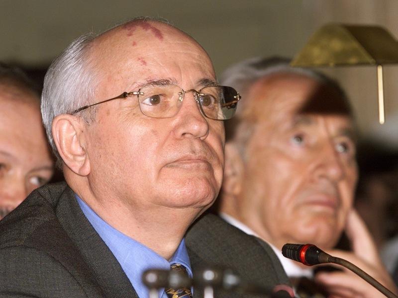1990 – Mikhaïl Gorbatchev. Sept ans après avoir distingué le dissident et futur président polonais  Lech Walesa, le comité norvégien honore le président de l'URSS pour son rôle dans la fin de la Guerre froide. Sous l'égide du père de la perestroïka, le rideau de fer s'ouvre et le mur de Berlin tombe en 1989 sans violence. Adulé par l'Occident, sa popularité s'effondre en Russie. En août 1991, il échappe de justesse à un coup d'Etat. Peu après plusieurs républiques de l'URSS proclament leur indépendance.  Confronté à la montée en puissance d'Eltsine et à la dislocation de l'URSS, Gorbatchev démissionne le 25 décembre 1991. Il tente de revenir en politique lors de l'élection présidentielle de 1996 mais c'est un échec cuisant. Il ne recueille que 0,5% des suffrages.
