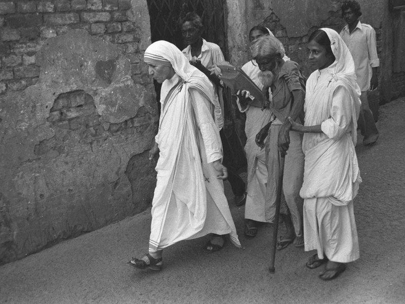 1979 – Mère Teresa. La religieuse d'origine macédonienne entre comme novice chez les sœurs de Lorette en 1928, à 18 ans. L'année suivante elle est envoyée en Inde, à Calcutta où elle enseigne pendant 20 ans. Elle y découvre la grande pauvreté. Sans fonds, elle ouvre sa première école en plein air dans les bidonvilles et vit parmi les plus pauvres. En 1950 elle fonde l'ordre des Missionnaires de la charité pour venir en aide aux déshérités. Décédée en 1997, elle a été béatifiée en 2003. Le Vatican a retenu la guérison «  miraculeuse » d'une Indienne atteinte d'un cancer. La proclamation de sa sainteté est maintenant suspendue à la reconnaissance d'un nouveau miracle.