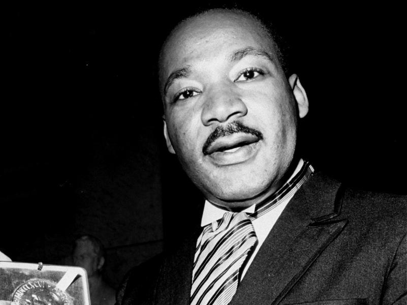 1964 – Martin Luther King. Le pasteur baptiste noir américain, apôtre de la non-violence, revendique l'égalité des droits et l'amélioration des conditions de vie des Noirs. Il organise notamment de vastes rassemblements pacifistes. Le plus célèbre a lieu en 1963 à Washington, Luther King y prononce son fameux discours « I have a  dream ». Ses actions portent leurs fruits. Une loi sur les droits civiques abolissant la ségrégation raciale dans les écoles et dans le monde du travail est promulguée. Luther King est assassiné, à 39 ans en avril 1968, par un repris de justice blanc sur le balcon du Lorraine Motel à Memphis.