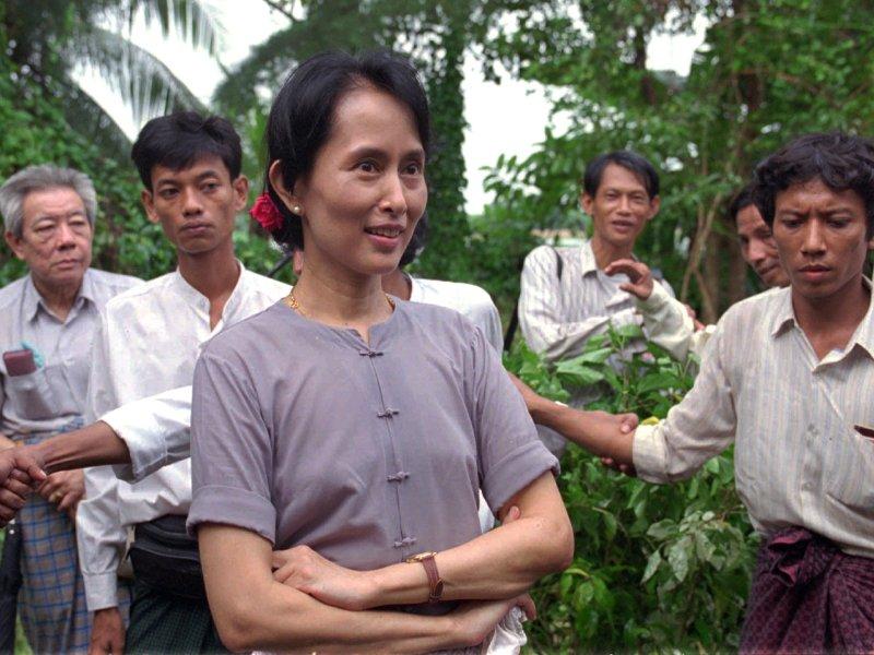 1991 - Aung San Suu Kyi. L'opposante à la junte birmane est honorée pour son combat non violent pour la démocratie et les droits de l'homme. Fille du héros assassiné de l'indépendance birmane, le général Aung San, la dissidente a passé 14 de ses 20 dernières années assignée en résidence. C'est la seule lauréate à être privée de liberté. Alors que son assignation devait bientôt prendre fin, elle est de nouveau condamnée en août 2009 à 18 mois de résidence surveillée supplémentaires pour avoir, selon la junte, hébergé illégalement un Américain.   EN IMAGES - La Dame courage de Rangoon