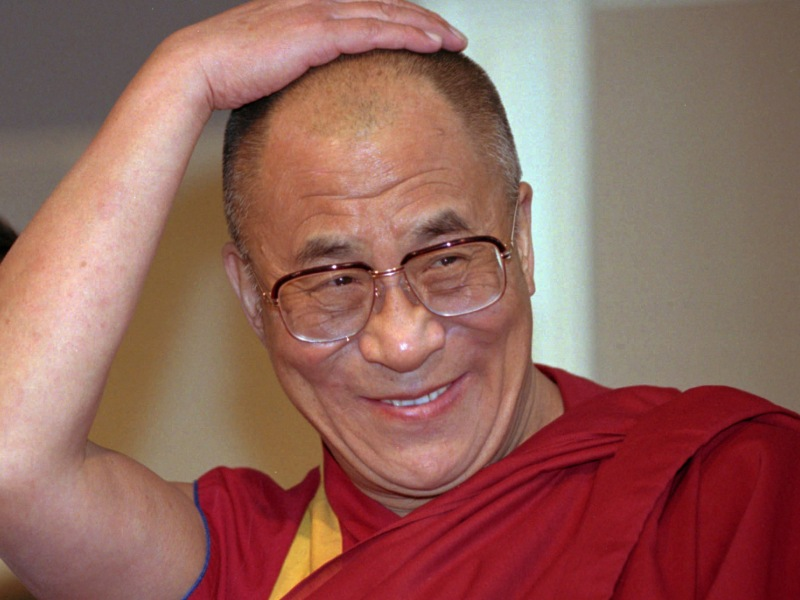 1989 – Le Dalai lama. Le comité norvégien distingue son combat non violent pour l'autonomie du Tibet. «Sa Sainteté» s'est enfui de cette province chinoise en mars 1959 après l'échec d'un soulèvement contre Pékin et vit depuis en exil en Inde. Pragmatique, il a renoncé à l'indépendance et réclame une large «autonomie culturelle». S'il reste une des bêtes noires de la Chine, son autorité commence à être contestée par une jeune garde d'exilés radicaux et indépendantistes. Confronté au printemps dernier au plus grand mouvement tibétain en deux décennies, il a dû maintes fois menacer de quitter ses fonctions de «chef d'Etat» en exil, si la situation «évoluait hors de tout contrôle».