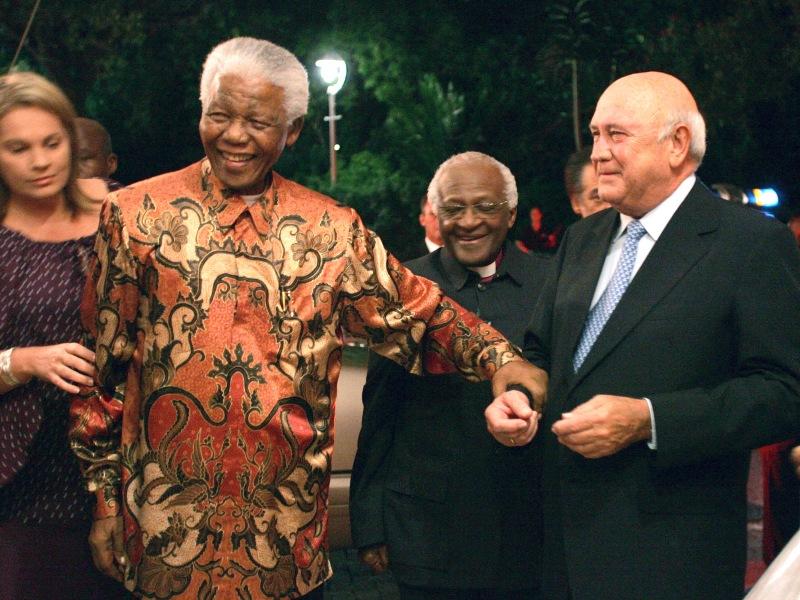 1993 – Nelson Mandela et Frederik de Klerk. Le leader du Congrès national africain, qui a passé 27 ans de sa vie dans les prisons d'Afrique du Sud, et le président afrikaner de l'époque sont récompensés pour avoir mis fin pacifiquement à l'apartheid.  Nelson Mandela devient en 1994 le premier président noir d'Afrique du Sud. Dans les années 60, il était partisan de la lutte armée mais prône,dès sa libération en 1990, la réconciliation entre Blancs et Noirs. Mandela quitte le pouvoir en 1999 et fonde plusieurs ONG pour combattre les ravages du Sida et de la pauvreté. De son côté, Frederik de Klerk, dernier chef d'Etat de l'ère de l'Apartheid, devient de 1994 à 1996 un des co-présidents de Mandela, avant de se retirer progressivement de la vie politique. Sur la photo, entre les deux hommes, on distingue Desmond Tutu. L'archevêque sud-africain, qui a mené campagne pour l'abolition de l'apartheid, a lui-même reçu le Nobel en 84.