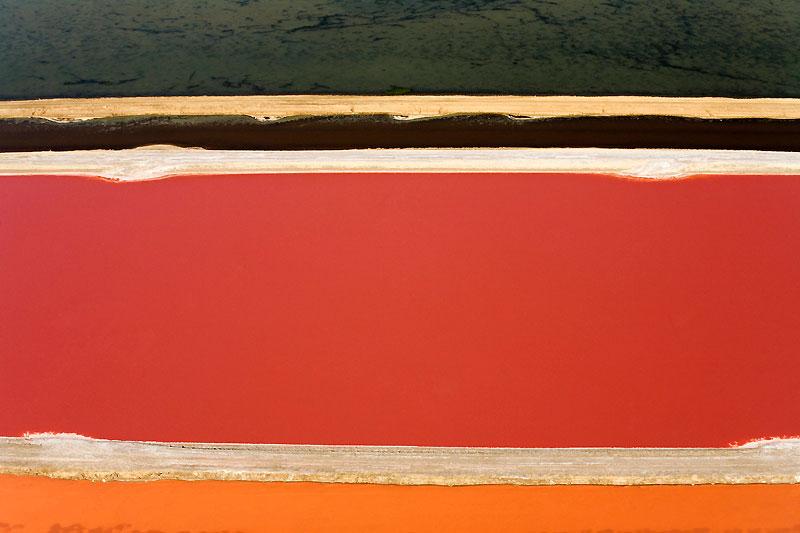 Non, ce que vous avez devant vos yeux n'est pas une oeuvre du peintre américain Mark Rothko. Ni d'aucun autre artiste représentant de l'expressionnisme abstrait. Tout est naturel. Ces lignes géométriques, qui traversent ces grands champs de couleurs primaires ne sont que des salines photographiées depuis un avion. Ces clichés ont été pris en Namibie, près de la côte atlantique, au-dessus des immenses gisements de sel marin à ciel ouvert à quelques kilomètres à peine de la ville balnéaire de Swakopmund. Des marais salants aux incroyables reflets qui produisent plus de 400 000 tonnes de sel par an et qui font vivre des centaines de personnes.