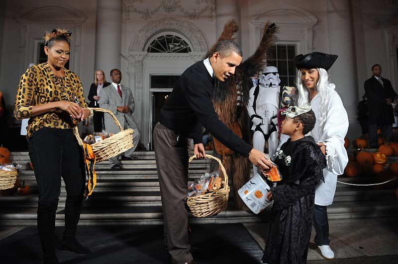 Une odeur de fête démoniaque régnait samedi 31 octobre à la Maison Blanche. Le président américain Barack Obama recevait 2.000 enfants pour célébrer Halloween. Au programme : distribution de confiseries et de bonbons à tous ces petits démons déguisés en fantômes, en squelettes ou autres revenants. La première dame avait revêtu pour l'occasion un costume de Catwoman !