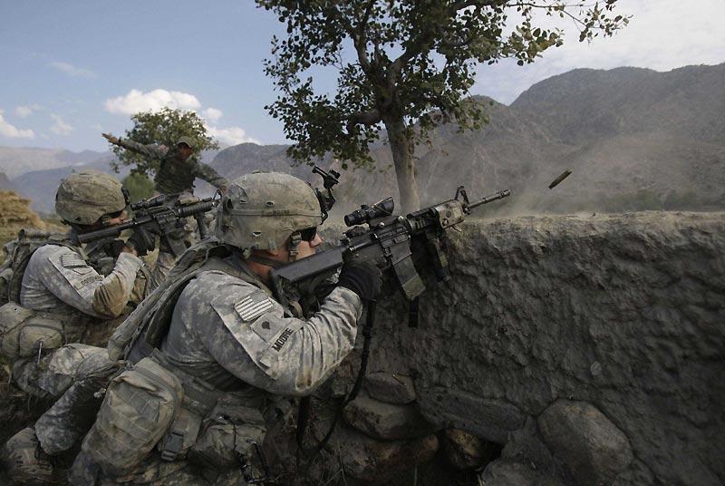 Des soldats américains du 12ème régiment d'infanterie font feu sur des talibans dans la vallée de Pech, en Afghanistan, mardi 3 novembre.