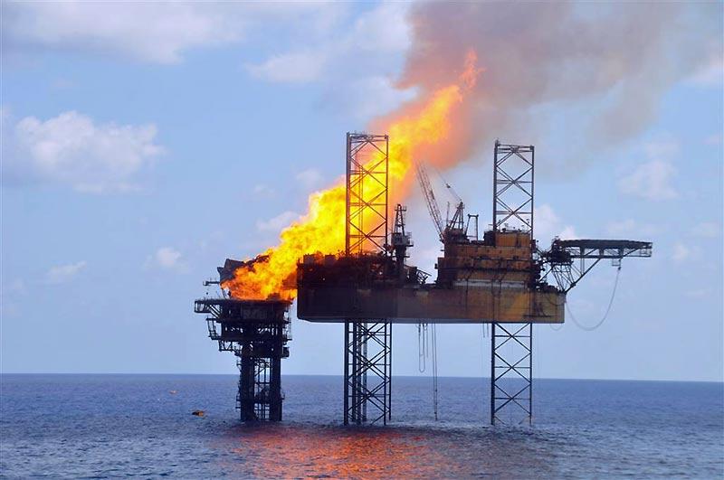 Un incendie dans une plate-forme pétrolière, au large de l'Australie, a été maîtrisé mardi 3 novembre, grâce à l'aide d'employés de la compagnie PTTEP qui ont enfin colmaté les brèches du puits. Cette fuite, qui a débuté depuis plusieurs semaines, a provoqué l'une des plus graves marées noires dans la région.