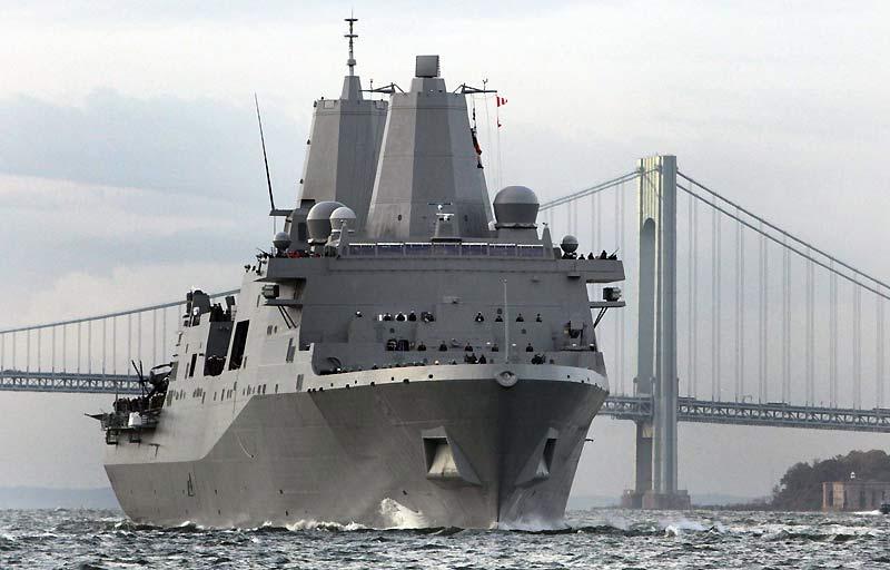Ce navire long de 208 mètres a fait son arrivée dans la baie de New York, lundi 2 novembre. Construit sur des chantiers navals de Louisiane, l'USS New York contient 7,5 tonnes d'acier provenant des décombres des tours jumelles. Des milliers de personnes, parmi lesquelles des secouristes et des dizaines de proches des victimes des attentats, s'étaient massées sur les quais pour assister à la brève cérémonie.